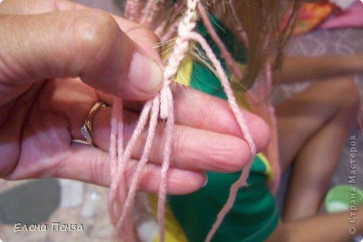 Каждый год перед поездкой на юг мы плетем разные косички. Вот уже второй раз девочки захотели с пряжей фото 9