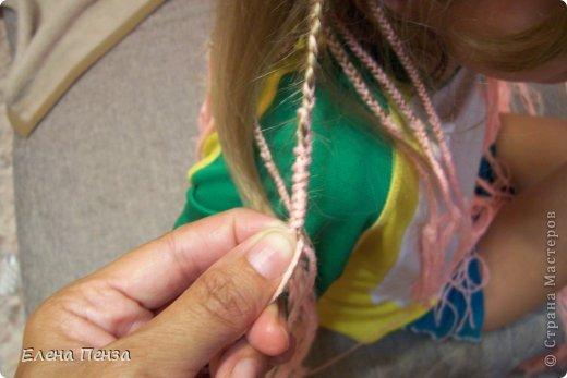 Каждый год перед поездкой на юг мы плетем разные косички. Вот уже второй раз девочки захотели с пряжей фото 11