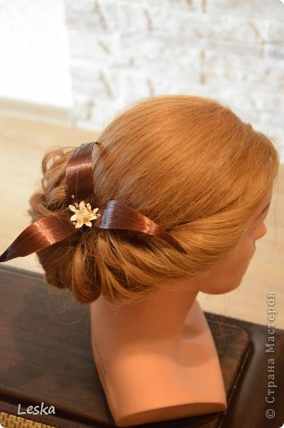 Дорогие мастерицы!!! Давно хотела поделиться своими знаниями об украшениях из волос. Называются такие изделия- постиж. Используются как натуральные, так и искусственные волосы. Волосы можно приобрести  в специализированных магазинах. Я живу в Санкт-Петербурге, у нас таких магазинов много, например *HairShop*... Делаю, для наглядности, три лепестка, ну а вам предоставляю поле для фантазии: лепестков может быть разное количество, они могут быть разных цветов и оттенков, тычинки-любые виды бусин, страз...броши...и т.д.  фото 1