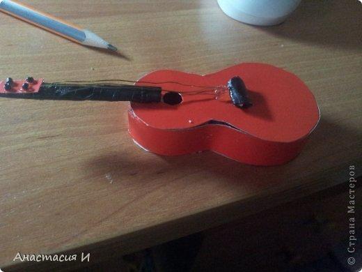 Маленький МК гитары для барби Бисер Карандаш Картон Проволока фото 10.