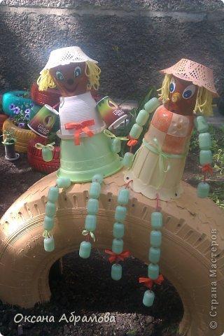 В этом году, две наши молодые девушки-соседки, решили оформить газон около подъезда. Все пропололи, сделали клумбы из шин (нашли фото в интернете). Очень хотелось им помочь украсить какими нибудь фигурами.  А тут....... в подъезде положили старенький пылесос на выброс.  Идея !!!!!! фото 14