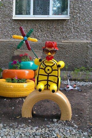 В этом году, две наши молодые девушки-соседки, решили оформить газон около подъезда. Все пропололи, сделали клумбы из шин (нашли фото в интернете). Очень хотелось им помочь украсить какими нибудь фигурами.  А тут....... в подъезде положили старенький пылесос на выброс.  Идея !!!!!! фото 1