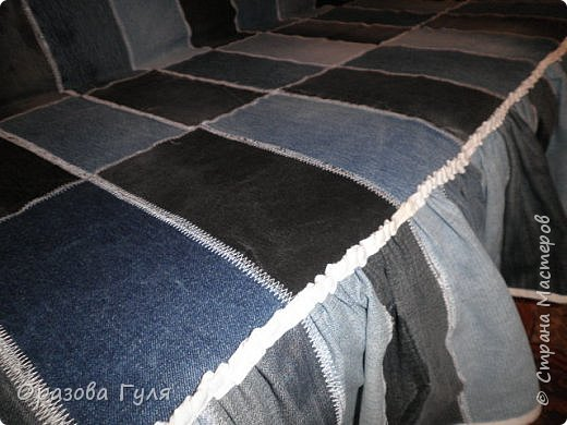 Покрывало из старых джинс. Когда стала перебирать вещи в шкафах и отбрасывать все старье (иногда находит желание все выбросить), набралось два мешка джинсовых вещей. Одних только брюк целый мешок, а еще юбки, куртки, рубашки, шорты и даже сарафан из джинсы. Некоторые вещи почти новые, импортные и качественные. Стало жалко столько добра на помойку нести... Зашла в интернет посоветоваться, предложений много, я выбрала что попроще. Покрывало. фото 12