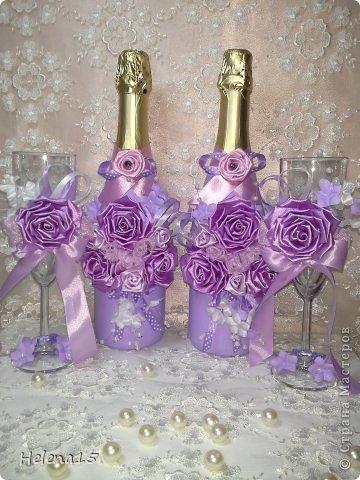 свадебный набор из 5-и предметов Страсть.Большие розы и бутоны выполнены из атласной ленты вручную,украшены цветами из ткани и бусинами.Цветы,расположенные на бокалах закреплены на резинках,поэтому при мытье легко снимаются.Дополнительно так же можно оформить бутылки с шамнанским и фоторамку (она в процессе оформления). фото 26