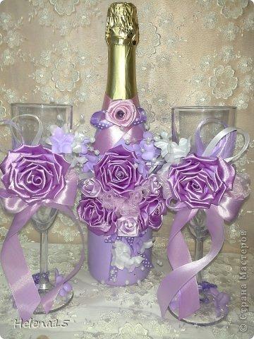 свадебный набор из 5-и предметов Страсть.Большие розы и бутоны выполнены из атласной ленты вручную,украшены цветами из ткани и бусинами.Цветы,расположенные на бокалах закреплены на резинках,поэтому при мытье легко снимаются.Дополнительно так же можно оформить бутылки с шамнанским и фоторамку (она в процессе оформления). фото 25