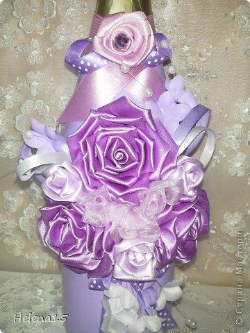 свадебный набор из 5-и предметов Страсть.Большие розы и бутоны выполнены из атласной ленты вручную,украшены цветами из ткани и бусинами.Цветы,расположенные на бокалах закреплены на резинках,поэтому при мытье легко снимаются.Дополнительно так же можно оформить бутылки с шамнанским и фоторамку (она в процессе оформления). фото 24