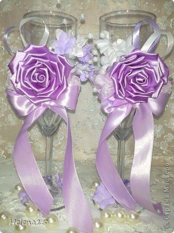 свадебный набор из 5-и предметов Страсть.Большие розы и бутоны выполнены из атласной ленты вручную,украшены цветами из ткани и бусинами.Цветы,расположенные на бокалах закреплены на резинках,поэтому при мытье легко снимаются.Дополнительно так же можно оформить бутылки с шамнанским и фоторамку (она в процессе оформления). фото 23
