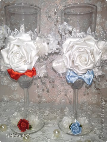 свадебный набор из 5-и предметов Страсть.Большие розы и бутоны выполнены из атласной ленты вручную,украшены цветами из ткани и бусинами.Цветы,расположенные на бокалах закреплены на резинках,поэтому при мытье легко снимаются.Дополнительно так же можно оформить бутылки с шамнанским и фоторамку (она в процессе оформления). фото 30