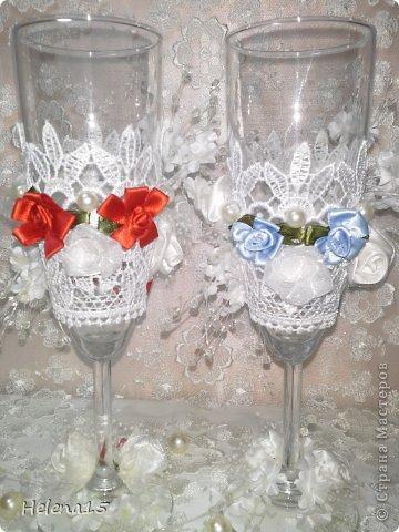 свадебный набор из 5-и предметов Страсть.Большие розы и бутоны выполнены из атласной ленты вручную,украшены цветами из ткани и бусинами.Цветы,расположенные на бокалах закреплены на резинках,поэтому при мытье легко снимаются.Дополнительно так же можно оформить бутылки с шамнанским и фоторамку (она в процессе оформления). фото 31