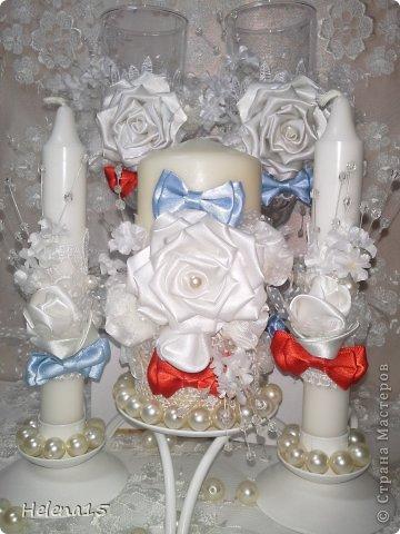 свадебный набор из 5-и предметов Страсть.Большие розы и бутоны выполнены из атласной ленты вручную,украшены цветами из ткани и бусинами.Цветы,расположенные на бокалах закреплены на резинках,поэтому при мытье легко снимаются.Дополнительно так же можно оформить бутылки с шамнанским и фоторамку (она в процессе оформления). фото 27