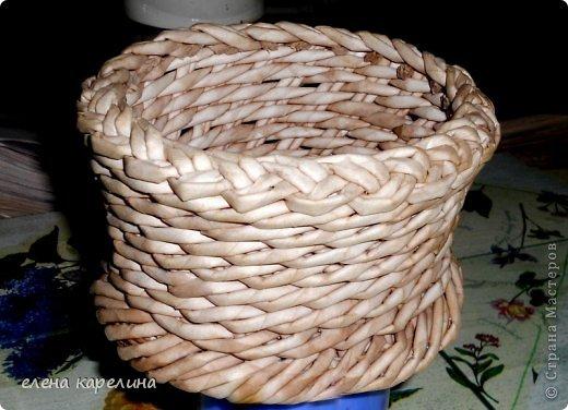 По вашим просьбам представляю маленькую корзинку с крупным жгутом по дну, выполненным из двойных стоек. фото 13