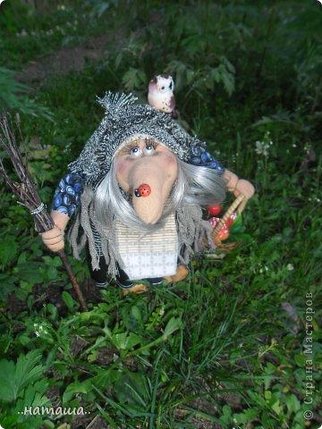 Появилась сова, а к ней придумался новенький мой любимый персонаж. Ещё одна бабулька вышла на вечернюю прогулку за травами-грибами:) фото 1