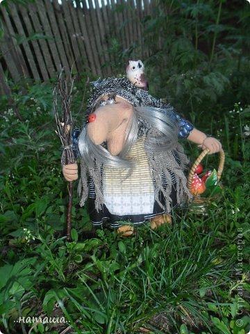 Появилась сова, а к ней придумался новенький мой любимый персонаж. Ещё одна бабулька вышла на вечернюю прогулку за травами-грибами:) фото 2
