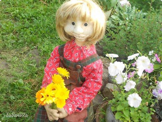 Представляю вам еще одного деревенского жителя - Семку! Настоящий деревенский парень - рубаха красная, шевелюра давно не стрижена. Скромный и обаятельный, для красивого фото букетик календулы нарвал.
