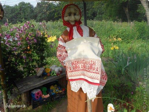 Знакомьтесь: баба Люся! Умница, красавица, рукодельница, проживает в деревне, встречает гостей в беседке среди цветов.