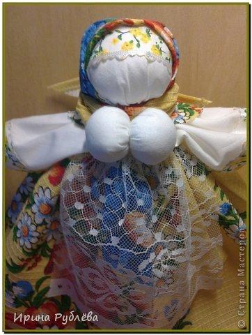 В забытом слове Берегиня,  Не только звуков красота,  Оно - воспетая богиня,  Любви и верности мечта.  И на Руси такое званье,  Дарили женщине-жене,  Кому природное призванье  Давало главной быть в семье. Она голубка и орлица,  Над колыбелью и гнездом,  Старуха, мать или девица,  Всегда с спасительным венцом.  И все живое и благое,  От рода женского пошло,  А бескорыстие святое,  Тепло и нежность сберегло. М.Ф. Василенко  Образ куклы Берегини известен многим, кто увлекается обережным рукоделием. У древних славян  Берегиня - это богиня, которая бережет и охраняет все живое. Богини оберегали людей от злых духов, предсказывали,  что будет в будущем.  Берегини спасали людей от козней чертей, водяного и кикимор, помогая им добраться до берега. Спасали маленьких детей упавших в воду, они олицетворяли собой добрые силы природы. Они проявляли заботу о посевах и о своевременном дожде для них. Берегини -  божества плодородия и влаги, они  поливали росой поля из волшебных рогов.   В обережном рукоделии образ Берегини был вполне понятным. Это кукла из лоскутов ткани, с достаточно большой грудью (символ плодородия), держащая в руках узелок. Что сиволизирует узелок? Ну, как бы весь домашний скарб. Вот собрала всё добро в узел и бережёт! Размер куколки был где-то с ладошку, но делали и больше, если в этом была необходимость.   фото 15