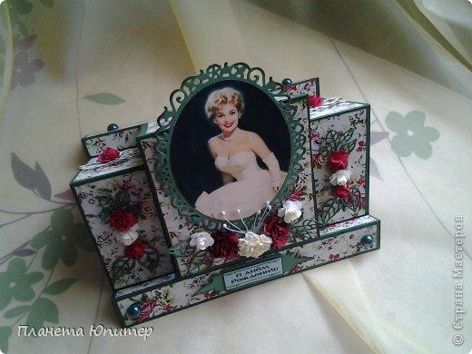 И снова здравствуйте! Сегодня у меня открыточка женщине на юбилей. Ей исполняется 55 лет, она - красавица-блондинка. Думаю, ей понравится!  Давайте смотреть.  фото 1