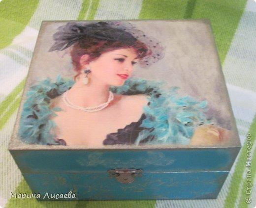 До того, как стать шкатулкой это была картонная коробка, где находился подарочный комплект из хрустального стакана и позолоченного подстаканника с ложкой.  фото 1