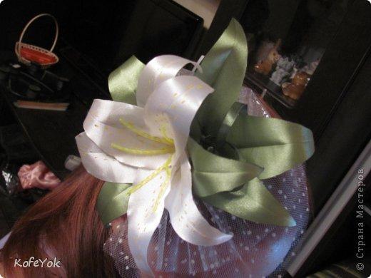 Первый раз делаю подобное... Подруга выходит замуж и решила устроить церемонию где-нибудь на морском побережье в жарких странах...у нее длинное, но легкое гипюровое платье, с асиметричным разрезом (просто собрала подол на брошь, что бы не обрезать, жалко)))) ...и вот я подумала, что такой цветочек должен прийтись к месту ...посмотрела на фото и добавила бусинок между листьями...а то как дыра какая то там...  фото 2