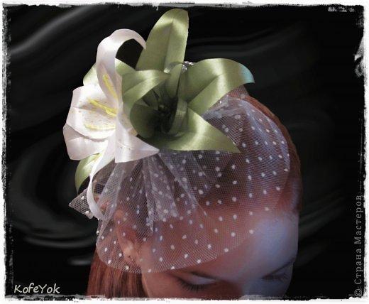 Первый раз делаю подобное... Подруга выходит замуж и решила устроить церемонию где-нибудь на морском побережье в жарких странах...у нее длинное, но легкое гипюровое платье, с асиметричным разрезом (просто собрала подол на брошь, что бы не обрезать, жалко)))) ...и вот я подумала, что такой цветочек должен прийтись к месту ...посмотрела на фото и добавила бусинок между листьями...а то как дыра какая то там...  фото 1