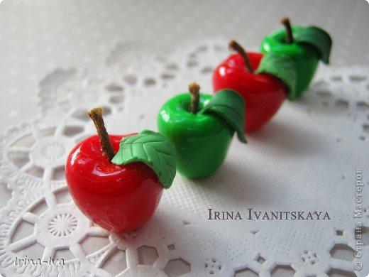 Здравствуйте! И снова хочу поделиться с вами своим мастер-классом по лепке из полимерной глины. Сегодня я покажу как сделать вот такие аппетитные яблочки.
