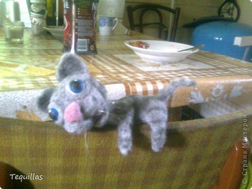 добрый вечер.  кот-прищепка на поручень кровати. внутри лап толстая проволока. фото с телефона фото 1