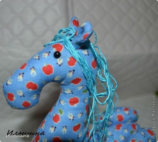 """Здравствуйте!!! Я обещала, и это свершилось! Подробный Мастер-класс как сшить лошадку ГОТОВ! И повод впереди такой замечательный - Новый год. Год 2014 прискачет на СИНЕЙ лошади. И мы с Вами сделаем такую лошадку!  П.С. С коняшкой Участвуем в конкурсе  """"Лошади бывают разные"""" http://stranamasterov.ru/node/612099 Ну что, готовим сани с лета?))) У меня получился вот такой скакун, который (скажу я вам по секрету) поедет к замечательной девушке и которая об этом даже и не подозревает!  Ну поехали... фото 21"""