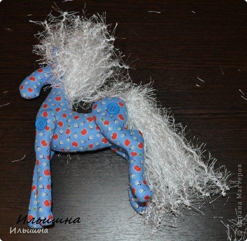 """Здравствуйте!!! Я обещала, и это свершилось! Подробный Мастер-класс как сшить лошадку ГОТОВ! И повод впереди такой замечательный - Новый год. Год 2014 прискачет на СИНЕЙ лошади. И мы с Вами сделаем такую лошадку!  П.С. С коняшкой Участвуем в конкурсе  """"Лошади бывают разные"""" http://stranamasterov.ru/node/612099 Ну что, готовим сани с лета?))) У меня получился вот такой скакун, который (скажу я вам по секрету) поедет к замечательной девушке и которая об этом даже и не подозревает!  Ну поехали... фото 36"""