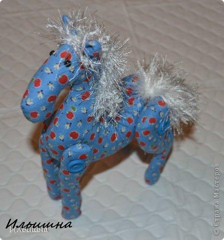 """Здравствуйте!!! Я обещала, и это свершилось! Подробный Мастер-класс как сшить лошадку ГОТОВ! И повод впереди такой замечательный - Новый год. Год 2014 прискачет на СИНЕЙ лошади. И мы с Вами сделаем такую лошадку!  П.С. С коняшкой Участвуем в конкурсе  """"Лошади бывают разные"""" http://stranamasterov.ru/node/612099 Ну что, готовим сани с лета?))) У меня получился вот такой скакун, который (скажу я вам по секрету) поедет к замечательной девушке и которая об этом даже и не подозревает!  Ну поехали... фото 37"""
