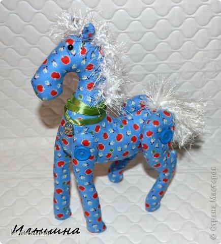 """Здравствуйте!!! Я обещала, и это свершилось! Подробный Мастер-класс как сшить лошадку ГОТОВ! И повод впереди такой замечательный - Новый год. Год 2014 прискачет на СИНЕЙ лошади. И мы с Вами сделаем такую лошадку!  П.С. С коняшкой Участвуем в конкурсе  """"Лошади бывают разные"""" http://stranamasterov.ru/node/612099 Ну что, готовим сани с лета?))) У меня получился вот такой скакун, который (скажу я вам по секрету) поедет к замечательной девушке и которая об этом даже и не подозревает!  Ну поехали... фото 39"""