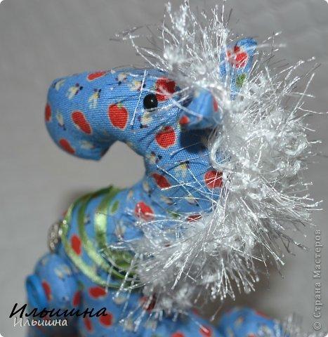 """Здравствуйте!!! Я обещала, и это свершилось! Подробный Мастер-класс как сшить лошадку ГОТОВ! И повод впереди такой замечательный - Новый год. Год 2014 прискачет на СИНЕЙ лошади. И мы с Вами сделаем такую лошадку!  П.С. С коняшкой Участвуем в конкурсе  """"Лошади бывают разные"""" http://stranamasterov.ru/node/612099 Ну что, готовим сани с лета?))) У меня получился вот такой скакун, который (скажу я вам по секрету) поедет к замечательной девушке и которая об этом даже и не подозревает!  Ну поехали... фото 43"""