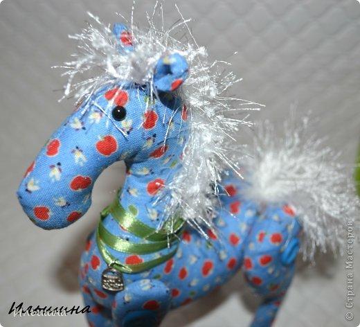 """Здравствуйте!!! Я обещала, и это свершилось! Подробный Мастер-класс как сшить лошадку ГОТОВ! И повод впереди такой замечательный - Новый год. Год 2014 прискачет на СИНЕЙ лошади. И мы с Вами сделаем такую лошадку!  П.С. С коняшкой Участвуем в конкурсе  """"Лошади бывают разные"""" http://stranamasterov.ru/node/612099 Ну что, готовим сани с лета?))) У меня получился вот такой скакун, который (скажу я вам по секрету) поедет к замечательной девушке и которая об этом даже и не подозревает!  Ну поехали... фото 44"""