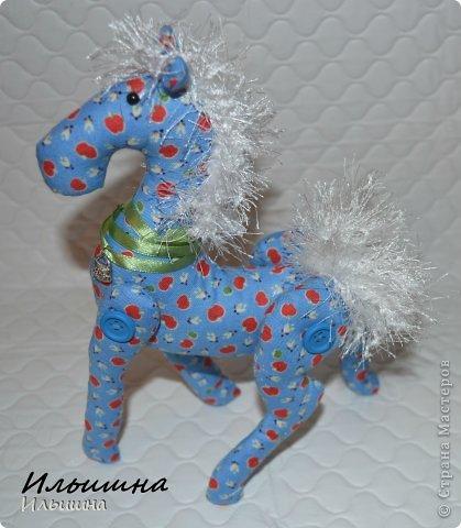 """Здравствуйте!!! Я обещала, и это свершилось! Подробный Мастер-класс как сшить лошадку ГОТОВ! И повод впереди такой замечательный - Новый год. Год 2014 прискачет на СИНЕЙ лошади. И мы с Вами сделаем такую лошадку!  П.С. С коняшкой Участвуем в конкурсе  """"Лошади бывают разные"""" http://stranamasterov.ru/node/612099 Ну что, готовим сани с лета?))) У меня получился вот такой скакун, который (скажу я вам по секрету) поедет к замечательной девушке и которая об этом даже и не подозревает!  Ну поехали... фото 45"""