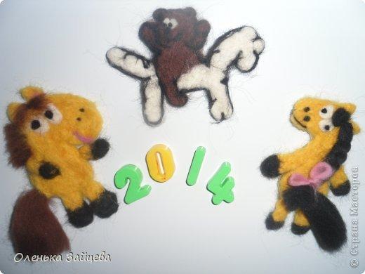 """В прошлом году я стала организатором конкурса мастер-классов на Змеинную тематику https://stranamasterov.ru/node/409428, в этом году хочу повторить конкурс, ведь Мастер-классы очень полезная вещь, особенно в преддверии такого праздника как новый год. Как и в прошлом году я хочу постараться помочь в подготовке, подарков сувениров к новому году, и собрать в этой записи мастер-классы на изготовление лошадок (символ года 2014), или предметов с их изображением в различных техниках. Правила конкурса: 1. Участвовать могут как новые мастер-классы, так и ранее опубликованные.  2. Изделие может быть любое главное условие чтобы присутствовало изображение лошади(подушки, игрушки, пледы, вышивки, картины, декор предметов, карточки АТС, в общем все что угодно!!) 3. Опубликовать мастер-класс нужно не позднее 23 ноября. От одного человека может участвовать сколько угодно работ, чем больше МК, тем больше шансов на победу! В раздел мастер-класс с пометкой """"Игра-конкурс """"Лошади бывают разные"""", желательно в этой записи оставить ссылку на вашу работу, чтобы я случайно ее не пропустила. Не позднее 1 декабря будет подведен итог, победителями станут 3 человека, один игрок будет выбран мной, это будет автор самого аккуратного, интересного на мой взгляд мастер-класса, два другие будут выбраны из общего числа методом лотереи. Эти три победителя получат от меня по посылочке или бандероли (содержание будет примерно таким же как в прошлом году, то есть какая нибудь книжка по творчеству, набор для рукоделия) https://stranamasterov.ru/node/409428, тут можно посмотреть прошлогодний перечень. фото 1"""