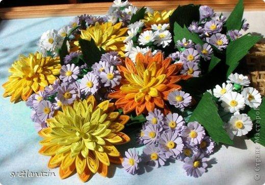 """Мелкие цветы  """"дыроколила """" из офисной бумаги двух цветов.  Использовала два дырокола одинакового размера."""