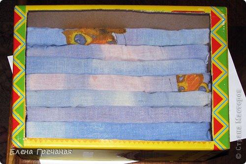 Такой органайзер я изготовила за пол часа. Честно говоря, надоело копаться в чемоданчике с заколками, пол часа ища пару к той или иной резиночке. Особенно это раздражает, когда спешишь. Поискала в интернете, но нашла только органайзеры для заколок, которые представляли собой рамки с натянутыми ленточками, на которые можно было цеплять заколки. Резинки же просто надевались на цилиндры. Чтобы взять ту, что в середине, нужно было снимать пару-тройку других.... фото 4
