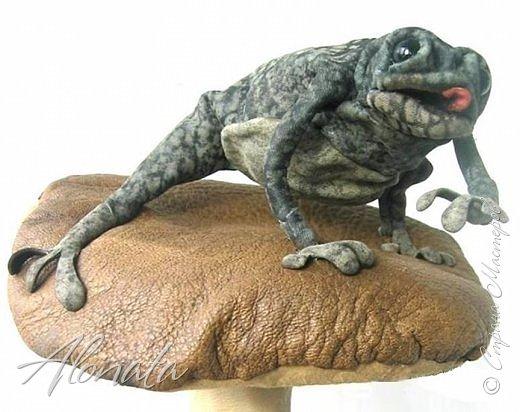 """Серия работ """"Озорной лягушатник"""".  http://alonata.blogspot.com/ Скульптурная композиция «Это мой гриб!» изображает лягушку, которая оккупировала роскошный белый гриб и не собирается сдавать своих позиций, а тем более уступать его случайному гостю. Да и у доброго грибника не поднимется рука согнать такое смелое создание с гриба, на котором она греется в редких лучах солнышка, что пробиваются сквозь ветви заросшей дубравы.  фото 1"""