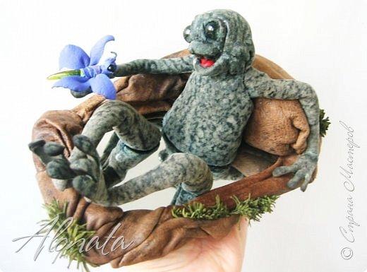 """Серия работ """"Озорной лягушатник"""".  http://alonata.blogspot.com/ Скульптурная композиция «Это мой гриб!» изображает лягушку, которая оккупировала роскошный белый гриб и не собирается сдавать своих позиций, а тем более уступать его случайному гостю. Да и у доброго грибника не поднимется рука согнать такое смелое создание с гриба, на котором она греется в редких лучах солнышка, что пробиваются сквозь ветви заросшей дубравы.  фото 10"""
