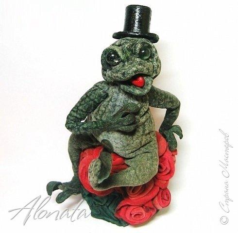 """Серия работ """"Озорной лягушатник"""".  http://alonata.blogspot.com/ Скульптурная композиция «Это мой гриб!» изображает лягушку, которая оккупировала роскошный белый гриб и не собирается сдавать своих позиций, а тем более уступать его случайному гостю. Да и у доброго грибника не поднимется рука согнать такое смелое создание с гриба, на котором она греется в редких лучах солнышка, что пробиваются сквозь ветви заросшей дубравы.  фото 12"""