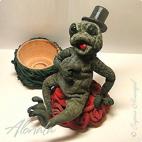"""Серия работ """"Озорной лягушатник"""".  http://alonata.blogspot.com/ Скульптурная композиция «Это мой гриб!» изображает лягушку, которая оккупировала роскошный белый гриб и не собирается сдавать своих позиций, а тем более уступать его случайному гостю. Да и у доброго грибника не поднимется рука согнать такое смелое создание с гриба, на котором она греется в редких лучах солнышка, что пробиваются сквозь ветви заросшей дубравы.  фото 13"""