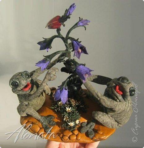 """Серия работ """"Озорной лягушатник"""".  http://alonata.blogspot.com/ Скульптурная композиция «Это мой гриб!» изображает лягушку, которая оккупировала роскошный белый гриб и не собирается сдавать своих позиций, а тем более уступать его случайному гостю. Да и у доброго грибника не поднимется рука согнать такое смелое создание с гриба, на котором она греется в редких лучах солнышка, что пробиваются сквозь ветви заросшей дубравы.  фото 3"""
