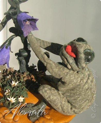 """Серия работ """"Озорной лягушатник"""".  http://alonata.blogspot.com/ Скульптурная композиция «Это мой гриб!» изображает лягушку, которая оккупировала роскошный белый гриб и не собирается сдавать своих позиций, а тем более уступать его случайному гостю. Да и у доброго грибника не поднимется рука согнать такое смелое создание с гриба, на котором она греется в редких лучах солнышка, что пробиваются сквозь ветви заросшей дубравы.  фото 4"""