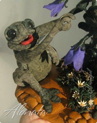 """Серия работ """"Озорной лягушатник"""".  http://alonata.blogspot.com/ Скульптурная композиция «Это мой гриб!» изображает лягушку, которая оккупировала роскошный белый гриб и не собирается сдавать своих позиций, а тем более уступать его случайному гостю. Да и у доброго грибника не поднимется рука согнать такое смелое создание с гриба, на котором она греется в редких лучах солнышка, что пробиваются сквозь ветви заросшей дубравы.  фото 5"""