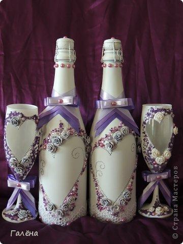 Наборчик создавала с большой любовью на свадьбу своей крестнице Данечке.Первый раз попробовала себя и в лепке из холодного фарфора,и в декоре предметов для свадебного торжества.Фиолетовые оттенки выбраны не случайно.Всё началось с покупки фиолетово-лиловых украшений для машин невесты и жениха ( фото машин выложу позже,очень красивые!).Затем мамой невесты было выбрано платье на торжество в фиолетово-персиковых тонах.Я тоже подбирала себе платье в одной цветовой гамме.Ну и наборчик у меня получился в схожей тональности...Прежде,чем приступить к творчеству,просмотрела много работ наших Мастериц с сайта.Вдохновилась работой Юлии ( хамилион ) https://stranamasterov.ru/node/592870?c=favusers За что ей огромное спасибо! Приготовить холодный фарфор и слепить из него розочки помог МК Кукушечки (Kukushechka) https://stranamasterov.ru/node/99236?c=favorite Фарфор получился изумительный и лепить из него было одно удовольствие!Тоже огромное спасибо! фото 1