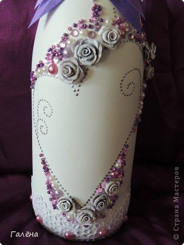 Наборчик создавала с большой любовью на свадьбу своей крестнице Данечке.Первый раз попробовала себя и в лепке из холодного фарфора,и в декоре предметов для свадебного торжества.Фиолетовые оттенки выбраны не случайно.Всё началось с покупки фиолетово-лиловых украшений для машин невесты и жениха ( фото машин выложу позже,очень красивые!).Затем мамой невесты было выбрано платье на торжество в фиолетово-персиковых тонах.Я тоже подбирала себе платье в одной цветовой гамме.Ну и наборчик у меня получился в схожей тональности...Прежде,чем приступить к творчеству,просмотрела много работ наших Мастериц с сайта.Вдохновилась работой Юлии ( хамилион ) https://stranamasterov.ru/node/592870?c=favusers За что ей огромное спасибо! Приготовить холодный фарфор и слепить из него розочки помог МК Кукушечки (Kukushechka) https://stranamasterov.ru/node/99236?c=favorite Фарфор получился изумительный и лепить из него было одно удовольствие!Тоже огромное спасибо! фото 2