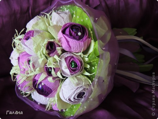 Наборчик создавала с большой любовью на свадьбу своей крестнице Данечке.Первый раз попробовала себя и в лепке из холодного фарфора,и в декоре предметов для свадебного торжества.Фиолетовые оттенки выбраны не случайно.Всё началось с покупки фиолетово-лиловых украшений для машин невесты и жениха ( фото машин выложу позже,очень красивые!).Затем мамой невесты было выбрано платье на торжество в фиолетово-персиковых тонах.Я тоже подбирала себе платье в одной цветовой гамме.Ну и наборчик у меня получился в схожей тональности...Прежде,чем приступить к творчеству,просмотрела много работ наших Мастериц с сайта.Вдохновилась работой Юлии ( хамилион ) https://stranamasterov.ru/node/592870?c=favusers За что ей огромное спасибо! Приготовить холодный фарфор и слепить из него розочки помог МК Кукушечки (Kukushechka) https://stranamasterov.ru/node/99236?c=favorite Фарфор получился изумительный и лепить из него было одно удовольствие!Тоже огромное спасибо! фото 7