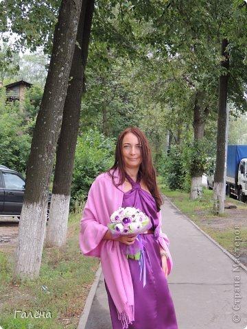 Наборчик создавала с большой любовью на свадьбу своей крестнице Данечке.Первый раз попробовала себя и в лепке из холодного фарфора,и в декоре предметов для свадебного торжества.Фиолетовые оттенки выбраны не случайно.Всё началось с покупки фиолетово-лиловых украшений для машин невесты и жениха ( фото машин выложу позже,очень красивые!).Затем мамой невесты было выбрано платье на торжество в фиолетово-персиковых тонах.Я тоже подбирала себе платье в одной цветовой гамме.Ну и наборчик у меня получился в схожей тональности...Прежде,чем приступить к творчеству,просмотрела много работ наших Мастериц с сайта.Вдохновилась работой Юлии ( хамилион ) https://stranamasterov.ru/node/592870?c=favusers За что ей огромное спасибо! Приготовить холодный фарфор и слепить из него розочки помог МК Кукушечки (Kukushechka) https://stranamasterov.ru/node/99236?c=favorite Фарфор получился изумительный и лепить из него было одно удовольствие!Тоже огромное спасибо! фото 8