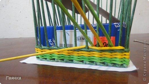 Плетение которое я вам покажу применимо для изделий у которых количество главных трубочек кратно 4 (делится на 4). Вставляем 4 трубочки нужного вам цвета как изображено на фото. фото 2