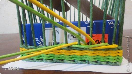 Плетение которое я вам покажу применимо для изделий у которых количество главных трубочек кратно 4 (делится на 4). Вставляем 4 трубочки нужного вам цвета как изображено на фото. фото 3