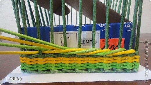 Плетение которое я вам покажу применимо для изделий у которых количество главных трубочек кратно 4 (делится на 4). Вставляем 4 трубочки нужного вам цвета как изображено на фото. фото 6